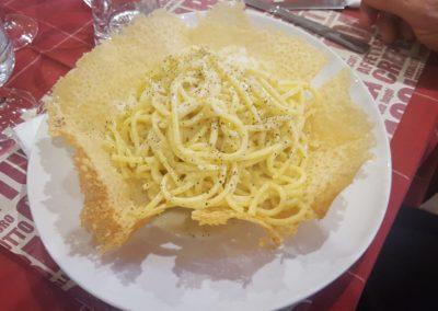 Tonnarelli Cacio e Pepe in cestino di Parmigiano